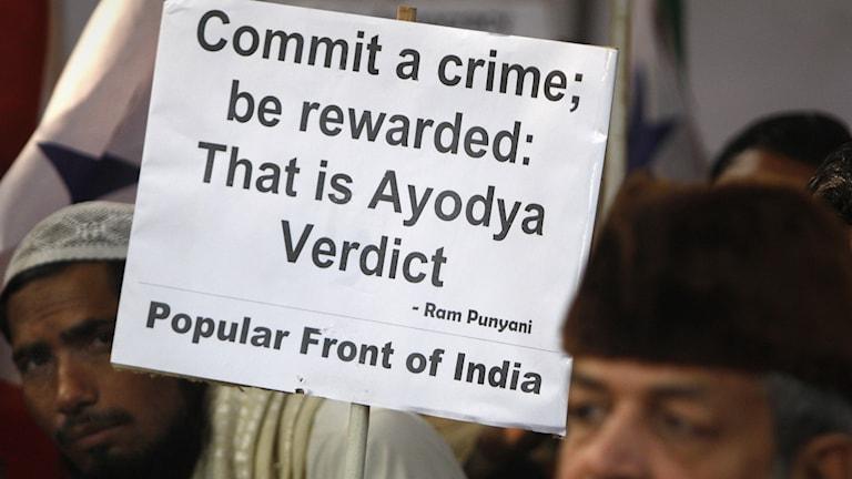 """Skylt med texten """"Gör ett brott och bli belönad, det är domen om Ayodhya"""""""