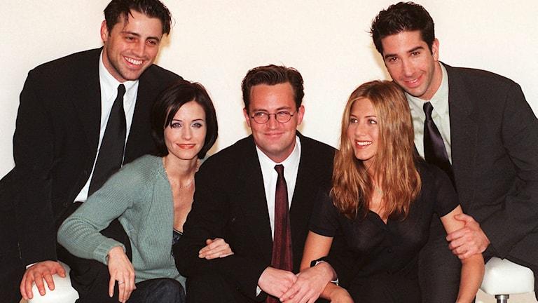 """Skådespelarna i """"Vänner"""", fotograferade 1998. Lisa Kudrow saknas på bilden. Foto: AP/TT"""