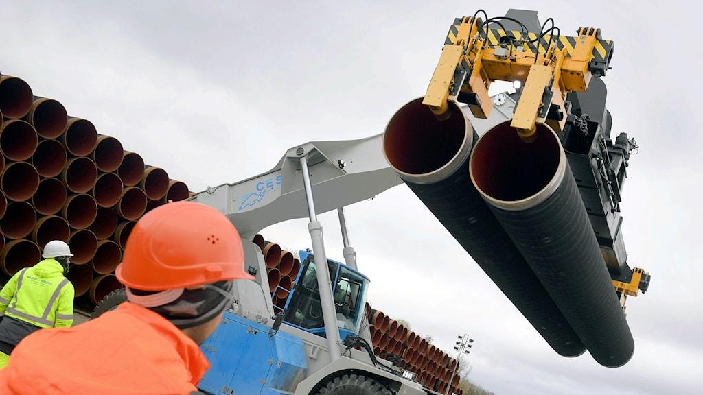 Rör till gasledningen Nord Stream 2 lastas i tyska  Sassnitz.