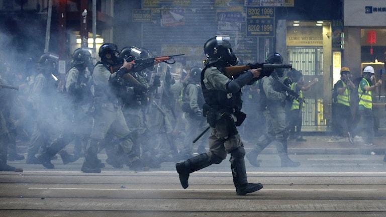 Polisen i Hongkong. Foto: Dita Alangkara/AP/TT.