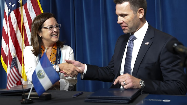 USA:s Kevin McAleenan, Homeland Security, och  El Salvadors utrikesminister Alexandra Hill på en presskonferens i Washington, 20 september 2019. Foto: Pablo Martinez Monsivais/TT.