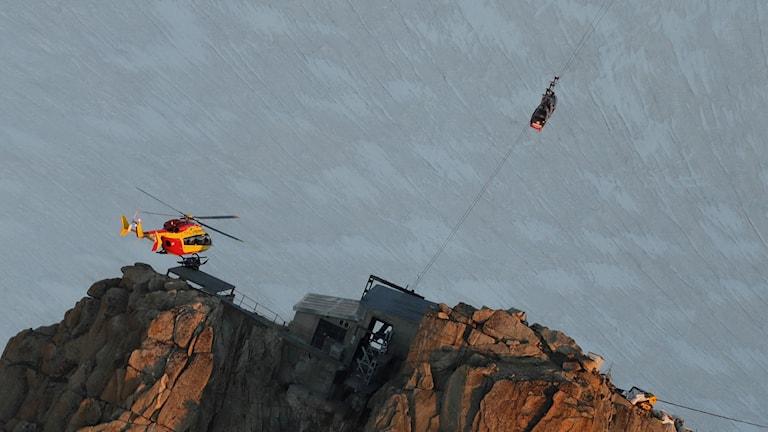 Omkring 45 personer fastnade högt upp i luften i en kabinbana i närheten av den franska alporten Chamonix.