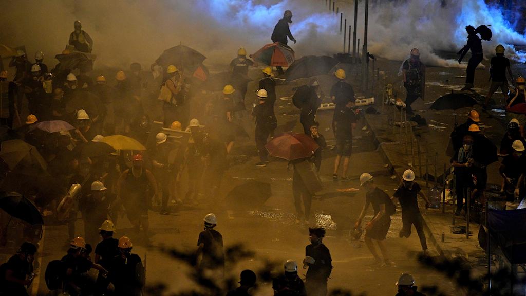 Polis skjuter tågas mot demonstranter under protester i Hongkong.