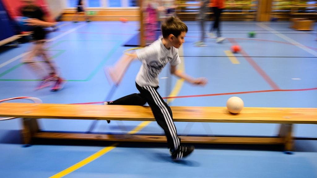 pojke springer efter boll