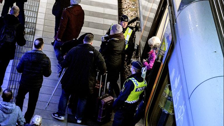 Polis utanför ett Öresundståg.