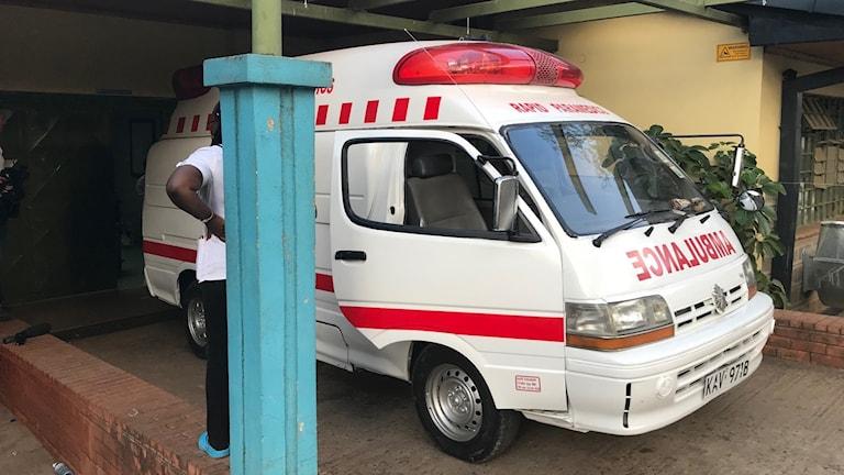 En ambulans vid bårhuset