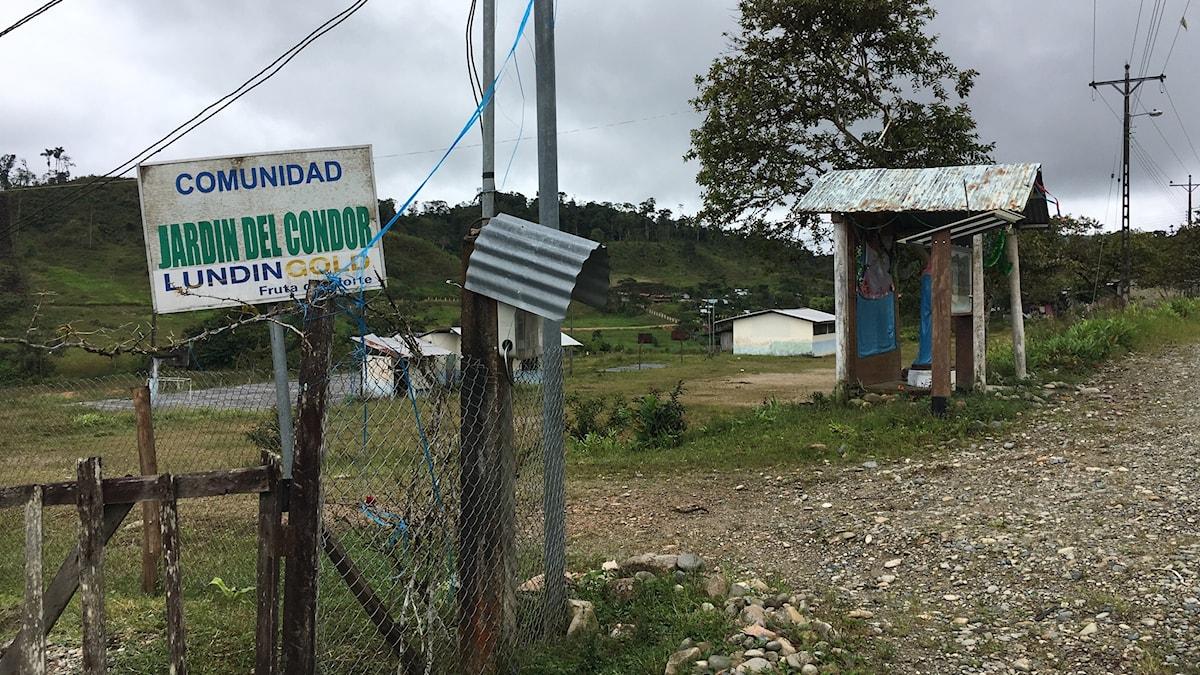 Längs vägen mot Lundins gruva har flera byar fått skyltarna uppsatta med företagsnamnet Lundin Gold.