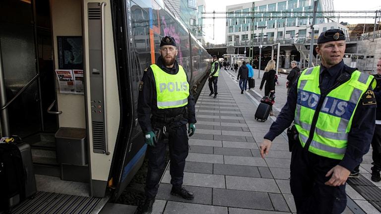 Polispatruller på plats vid station Hyllie på den svenska sidan av Öresundsbron.