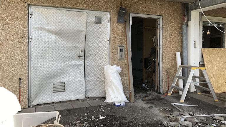 Ståldörren trycktes in av explosionen