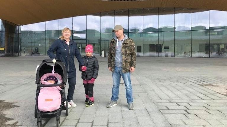 Mamma Erja Veistö, tillsammans med dotter Emma, bebis och pappa Mikael.
