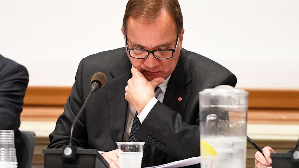 Statsminister Stefan Löfven (S) anländer till EU-nämnden i Skandiasalen i riksdagen.