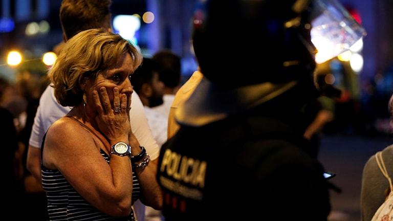 Kvinna bakom polis.