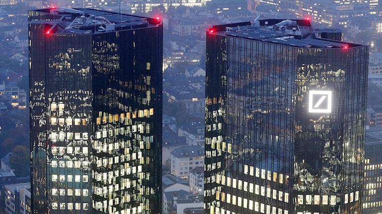Två skyskrapor, Deutsche Banks logga lyser på den högra skyskrapan