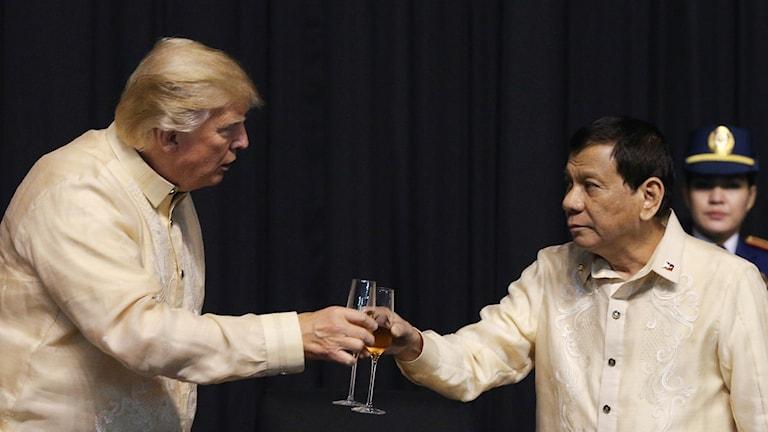 USA:s president Donald Trump skålar med Filippinernas president Rodrigo Duterte.