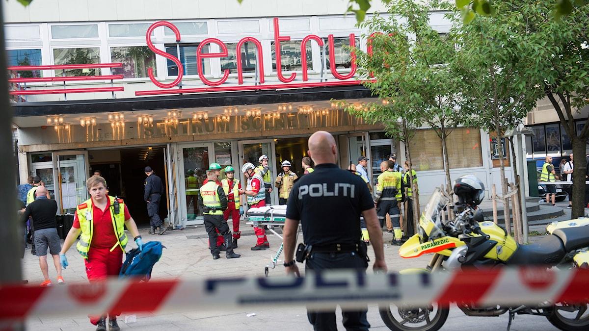Polis och ambulanspersonal utanför konsertlokalen i Oslo där taket rasat in.