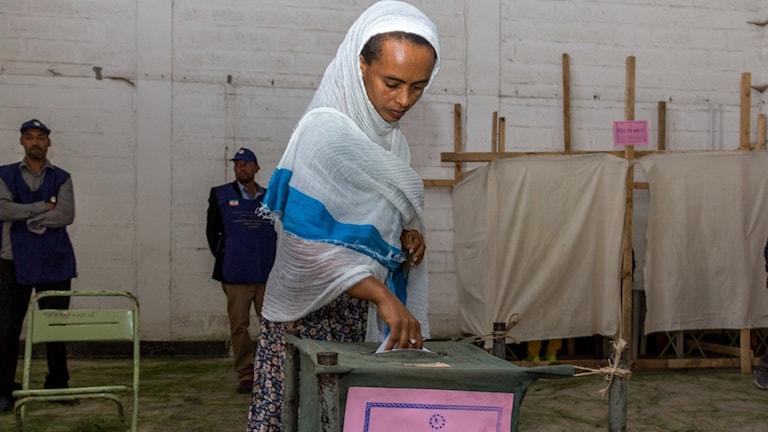 Kvinna i Etiopien röstar