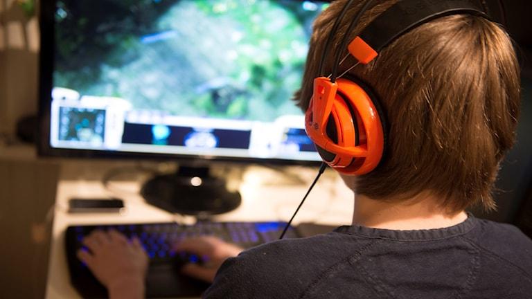 Datorspel skärm tonåring barn