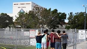 Elever står framför skolan