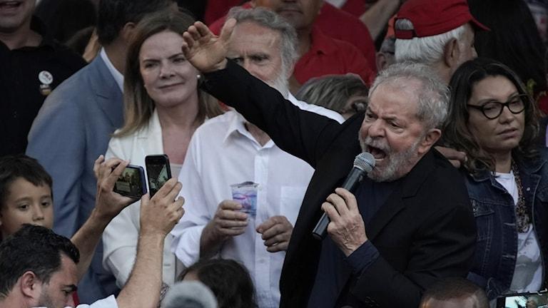 Lula talar till supportrar.