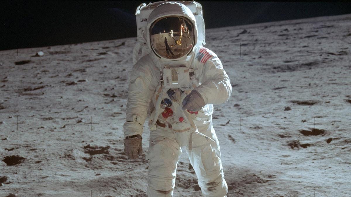 Buzz Aldrin i rymddräkt på månen.