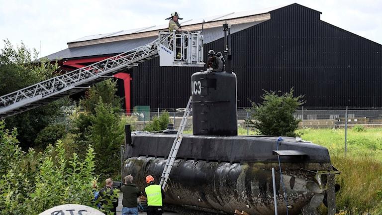 Danska polisens kriminaltekniker i tornet på ubåten.