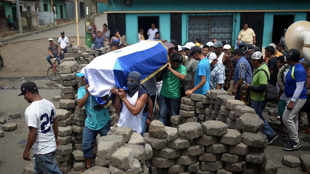 Anhöriga begraver en invånare i Masaya efter sammandrabbningar med polis och paramilitärer.