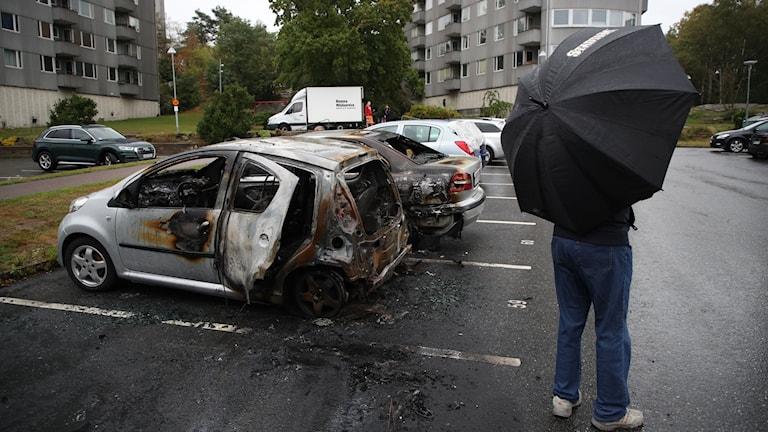 Utbrända bilar på en parkeringsplats vid Frölunda torg.