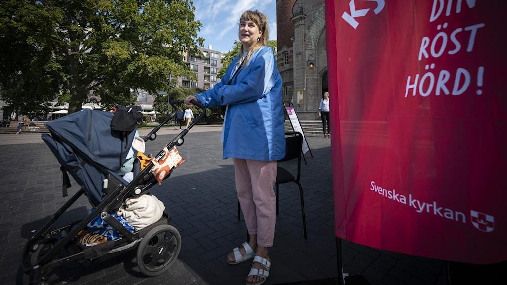 kyrkoval, kvinna med barnvagn, blå jacka