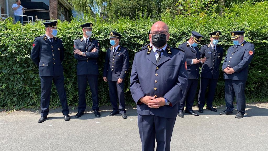 Brandmännen på minnesstunden i Verviers med brandchefen Stéphane Thiry i förgrunden