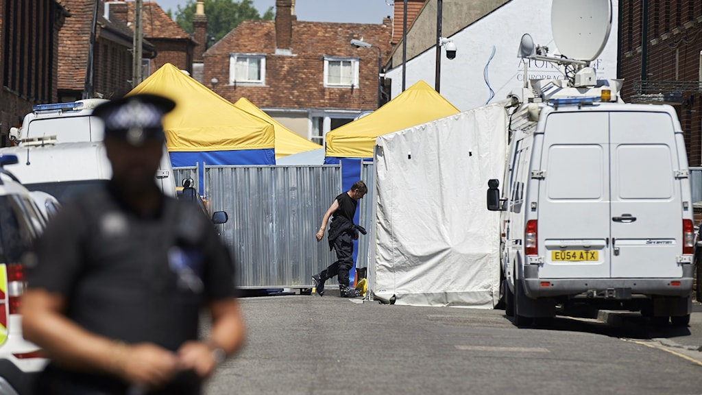 Avspärrningar utanför det hus där det förgiftade paret hittades.