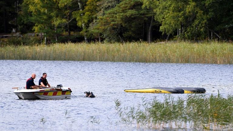 Båt och helikopter i vatten, upp och ner.