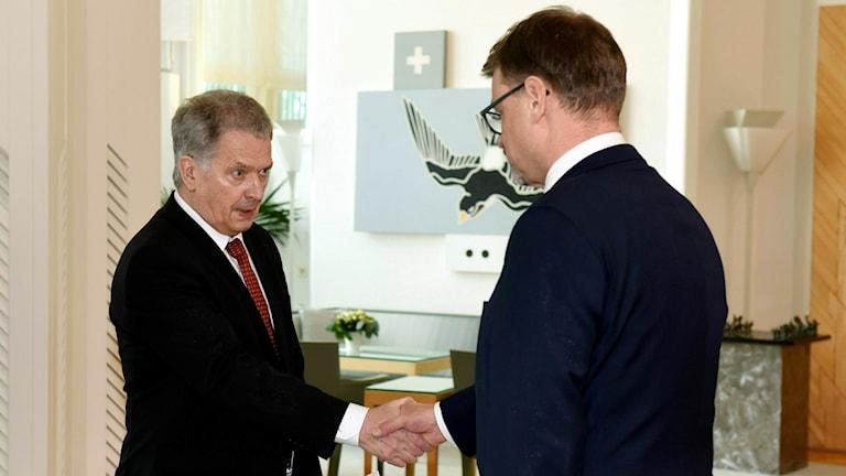 President Sauli Niinisto och statsminister Juha Sipila i presidentens residens i dag. Foto: Heikki Saukkomaa/TT.