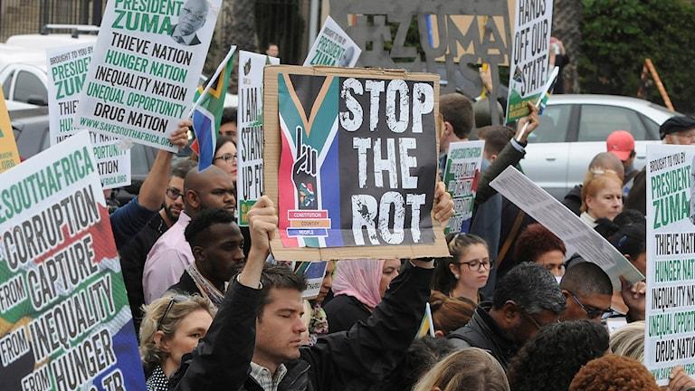 Protester framför parlamentet i Kapstaden i dag. Foto: Brenton Geach/AP/TT.