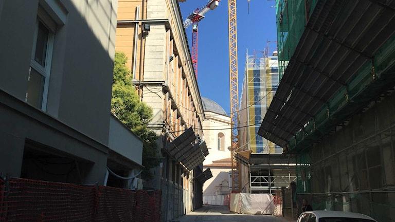 Byggnader i L'Aquila täckta av byggnadsställningar.