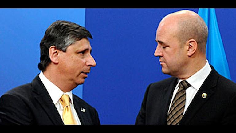 Tjeckiens premiärminister Jan Fischer i samtal med Fredrik Reinfeldt vid ankomsten till toppmötet. Foto: Thierrry Charlier/Scanpix.
