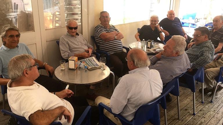 Några av Vilassar de Dalts pensionärer möts på den lokala baren.