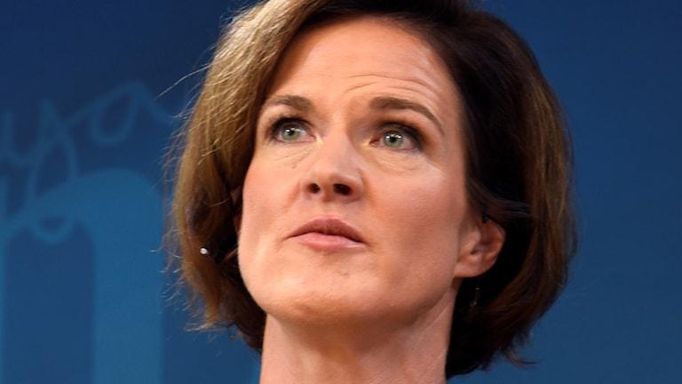 En kvinna i kort mörkt hår.