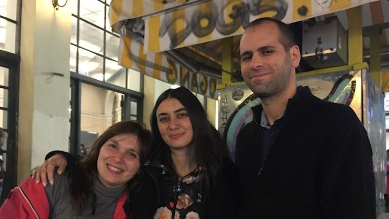 Atenborna Theoni Karkoulia, Niha och Giorgios Zigomitros har svårt att se något ljus i tunneln.