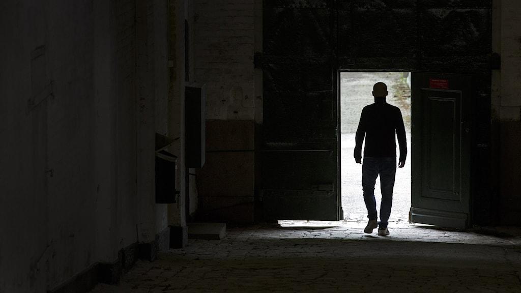 Konturerna av en man som lämnar ett fängelse