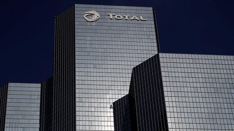 Bild på tre skyskrapor tillhörandes franska oljejätten Total.