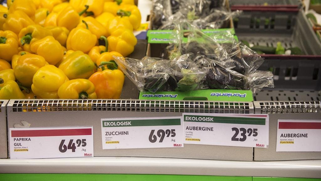 Gula paprikor och zucchini i butik