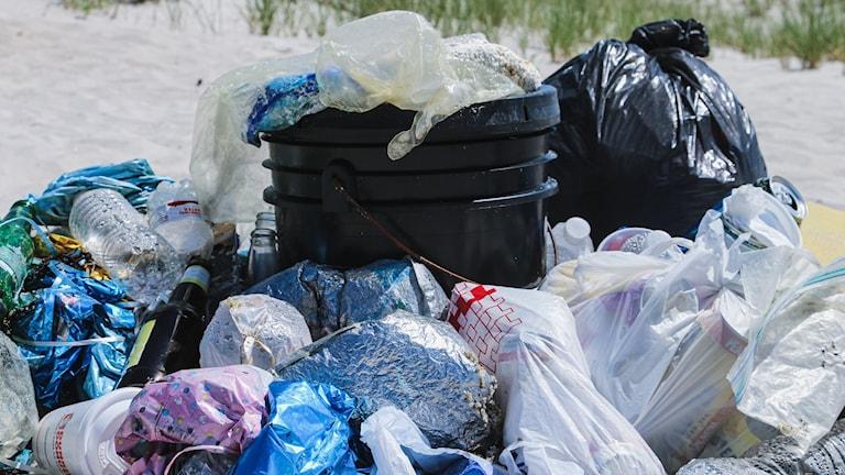 Plast som svämmar över sopkorg.