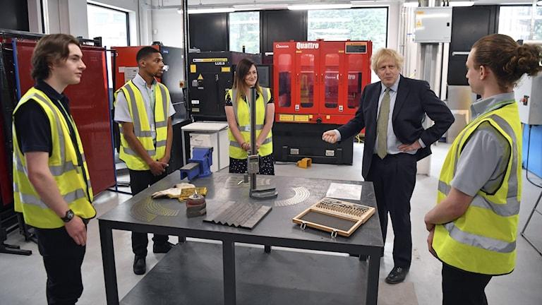 Boris Johnson mötte snickarlärlingar under tisdagen för att prata om återhämtningspaketet.