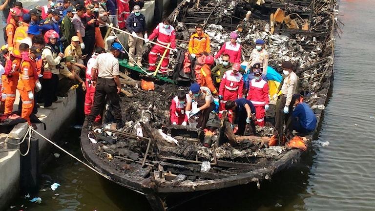 Räddningstjänst på turistbåten i Indonesien