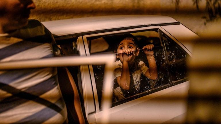 En pojke i en bil, på väg från Akcakale i Sunliurfa, i Syrien.