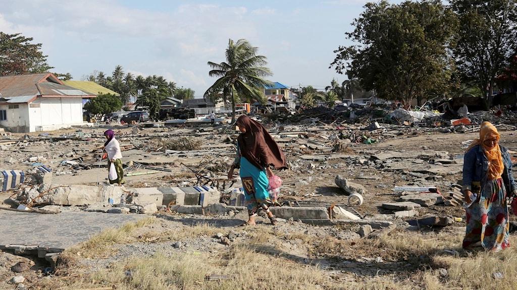 Massbegravningar i Indonesien efter skalv