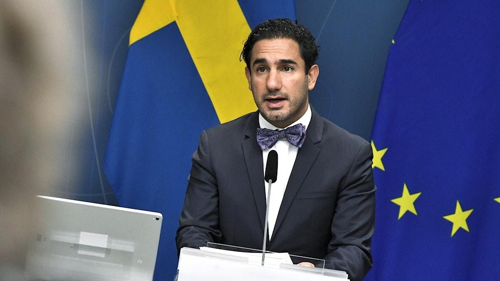 en man framför svenska flaggan