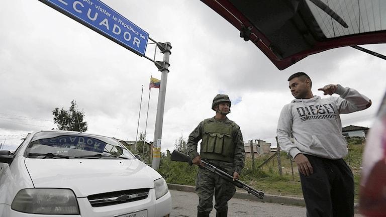 Polis vid gränskontroll.