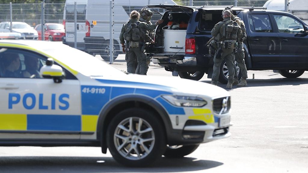 Två morddömda fångar tog två ur personal som gisslan vid Hällbyfängelset utanför Eskilstuna.
