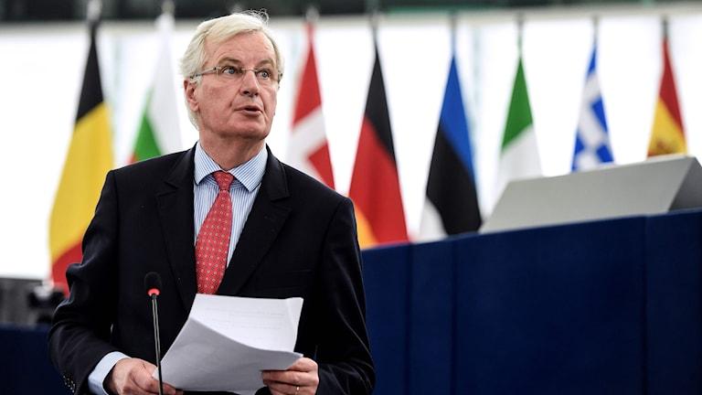 Man vid ett podium i EU-parlamentet